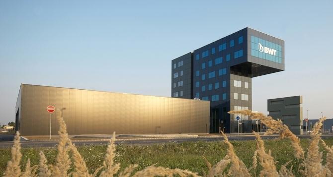 Офис сградата на концерна BWT до Будапеща e проектирана в съавторство с Ю. Кестнер.   –     Автор / Източник: www.skyline-architekten.at