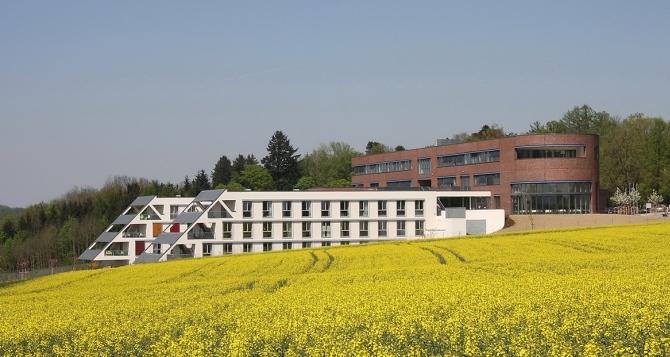 Психиатричната клиника в Бад Хал – проект за поканен конкурс от 2010 г., изработен заедно с У. Шустер     –       Автор / Източник: www.skyline-architekten.at